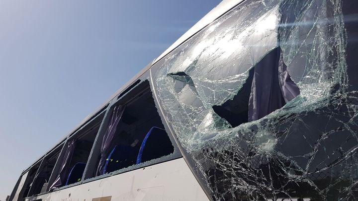 Autobus s turisty u pyramid v egyptské Gíze zasáhla exploze, 12 lidí bylo zraněno