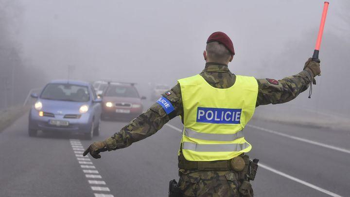 Policisté budou kontrolovat, zda lidé neporušují karanténu. I na silnicích