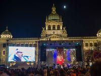 Živě: Oslavy zmítané emocemi. Tisíce lidí v centru Prahy žádaly demisi premiéra