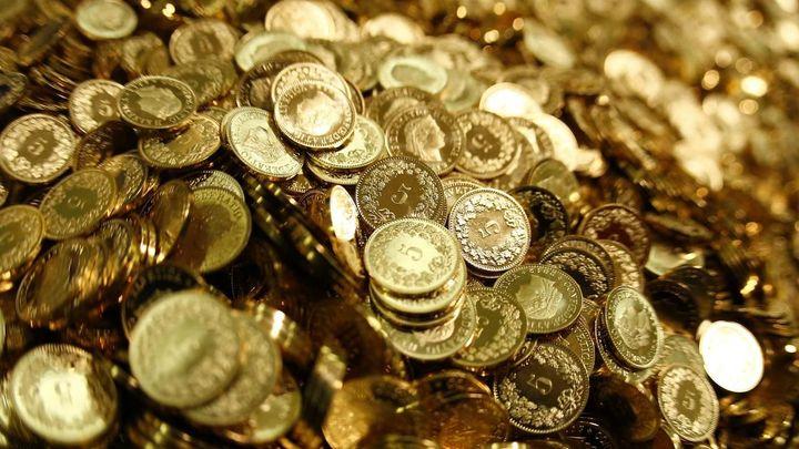 Švýcaři zrušili limit pro frank. Prudce posílil, euro padá