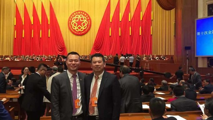 Zhou Lingjian (left) at the 2018 All-China Returned Overseas Chinese Conference graced by the general secretary Xi Jinping.