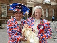 Britové žijí porodem Kate. Před nemocnicí jsou davy fanoušků