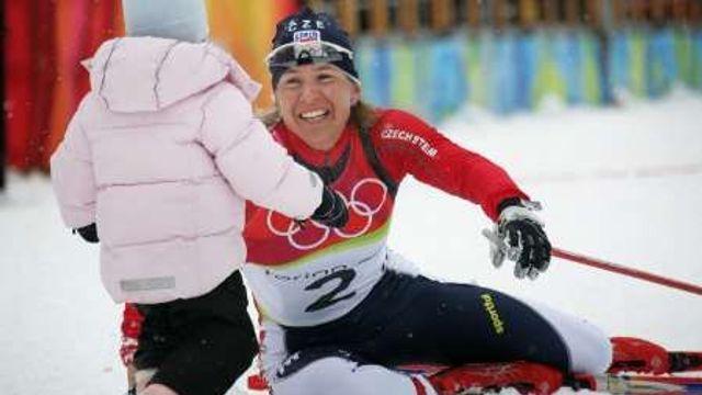 Kateřina Neumannová má zlato. Jako první gratulantka k ní běží dcera Lucie.  Turín 2006 fef0c16257a