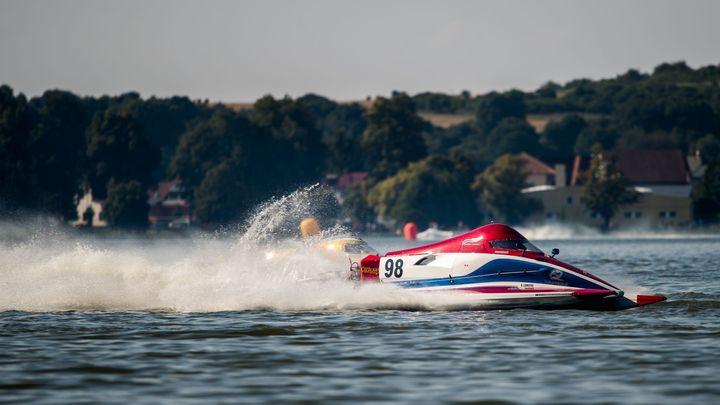 Riskantní výzva v gejzírech vody. Jedovnice hostily závody rychlých člunů Hydro GP; Zdroj foto: Radek Caga