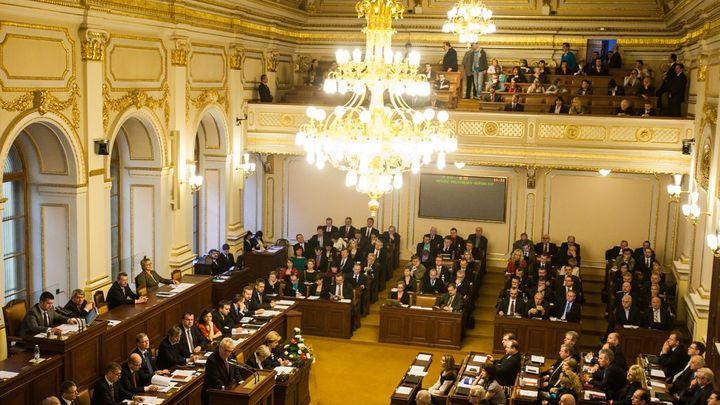 Nové tarify šetří státní kasu, volání poslanců vyjde levněji