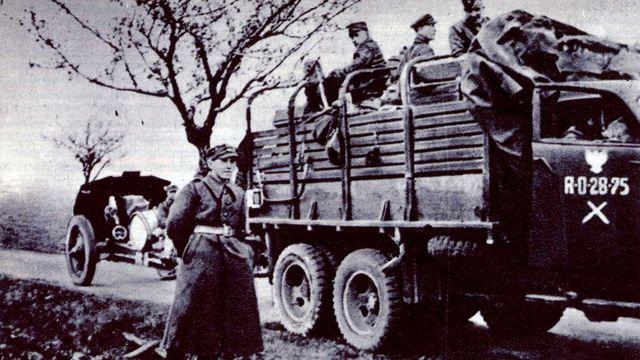 Automobil Studebacker, zachycený v květnu 1945 v severních Čechách, patřil 37. pluku lehkého dělostřelectva. Pěší útvary 2. polské armády byly motorizovány jen minimálně.
