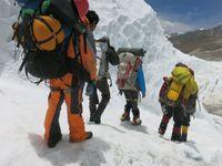 Dvě úmrtí na Everestu: Muž tweetnul z vrcholu a zemřel ve spánku, veganka skonala při rozbíjení mýtu