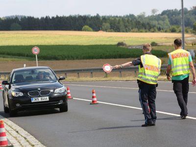 Obrazem: Ukažte doklady, nevezete drogy? Takhle vypadají bavorské kontroly na českých hranicích