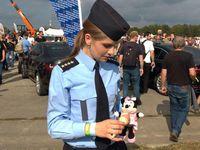 Foto: Holčička ztratila v Ostravě plyšáka. Policisté ho našli a udělali mu den snů