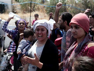 Jeden záchod na 60 lidí. Podívejte se, jak žijí děti v řeckém uprchlickém táboře