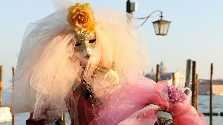 Obrazem: V Benátkách vypukl nejslavnější evropský karneval, na gondole plul i Batman