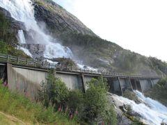 Vodopád Langfoss přetíná hlavní silnice. Na kráse mu to neubírá.
