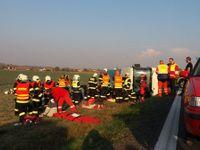 Na Pardubicku havaroval autobus se 40 dětmi. Na místě jsou desítky zraněných
