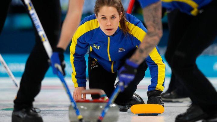 """Zlato před zraky krále. Švédské curlerky ovládly olympijský turnaj, zdolaly i """"Česnekové dívky"""""""