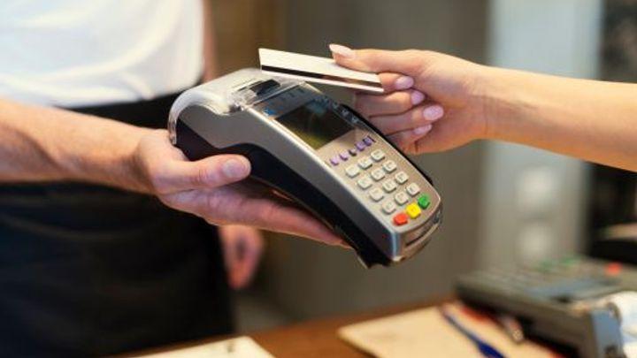 Zapomeňte na hotovost a plaťte kartou. Státu se líbí e-stopa