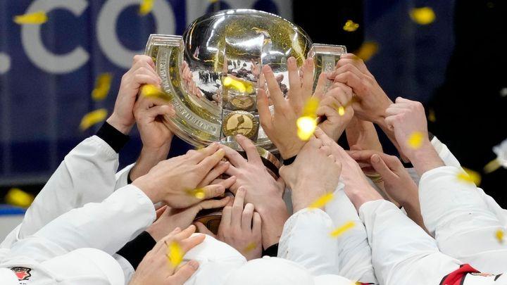 Velké drama v Rize: Kanaďané si po pěti letech sáhli na trofej a dohnali Rusy