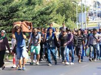Stovky uprchlíků vyrazily z Budapešti pěšky do Rakouska
