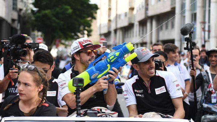Kdo si hraje, vítězí. Tak se Alonso v Le Mans znovu zapsal mezi nesmrtelné