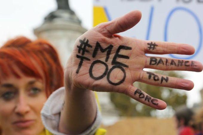 Byl zatčen a obviněn ze sexuálního zneužívání místní čtrnáctileté dívky.