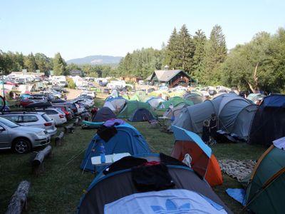 Foto: Je hezky, jedem! Čechům se otevřel svět, ale na prázdniny doma pod stanem nedají dopustit
