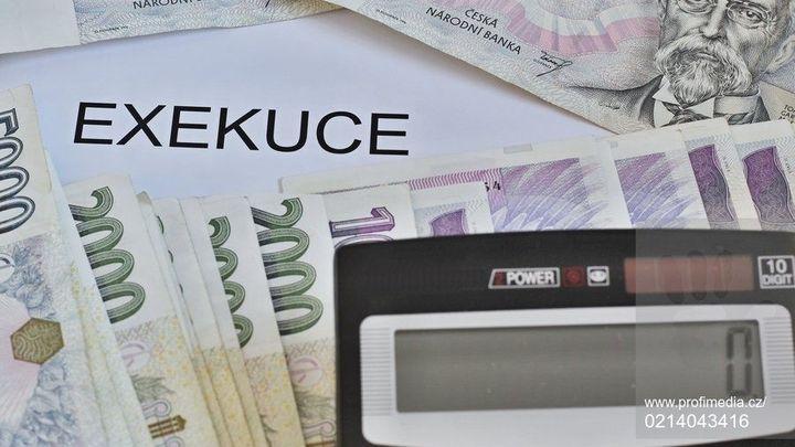Bezpečný účet, na který exekutoři nedosáhnou, má zpoždění. Banky nestíhají přípravu