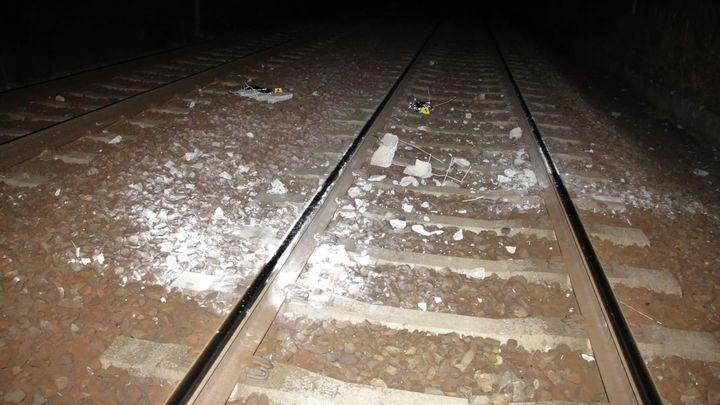 Muž dal na koleje betonový blok, najel do něj vlak. Nápad na procházce, řekl policii
