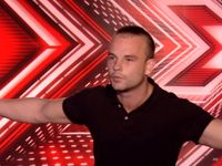 Český zpěvák baví bizarním vystoupením v X Factoru Velkou Británii. Roztančil i šokovanou porotu