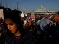 Foto: Latinská Amerika oslavuje světici Marii. Poutníci k bazilice v Mexico City dorazili na kolenou