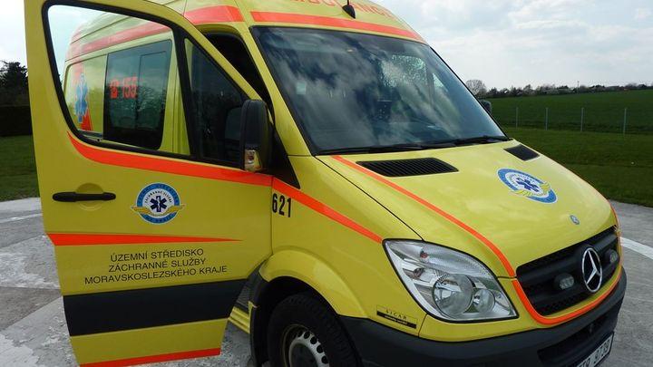 Muž ve Vysočanech spadl pod autobus, svým zraněním podlehl