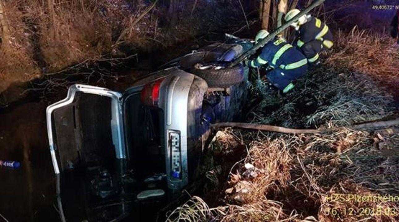Při noční nehodě na Domažlicku zemřeli tři mladí lidé, čtvrtý bojuje o život