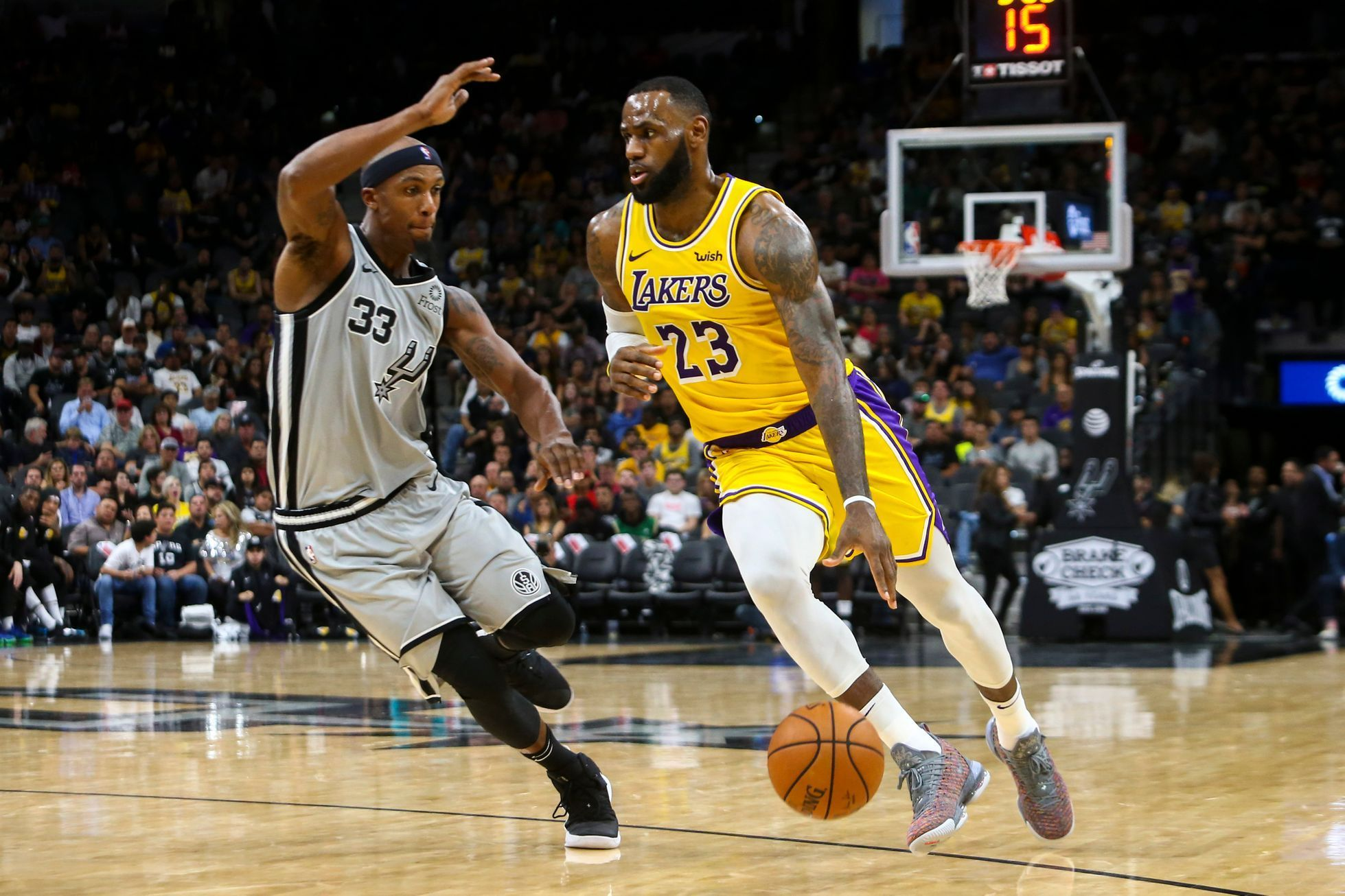 NBA 2018/19: San Antonio - Los Angeles Lakers: Hostující LeBron James proti Dantemu Cunninghamovi