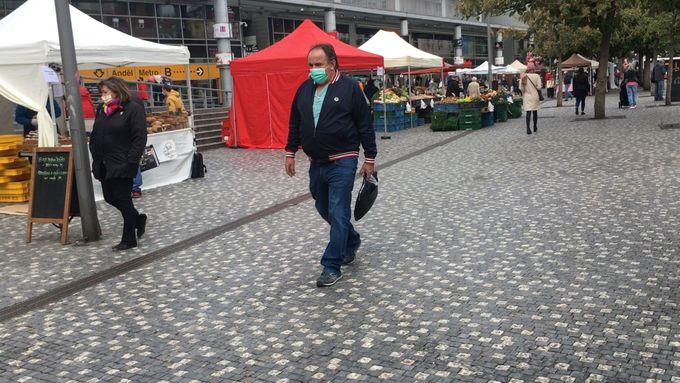 Lidé v Česku nasadili roušky i venku. Většinou je mají i v situacích, kdy nemusí