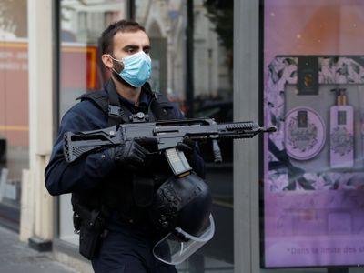 Po útoku u kostela v Nice zemřeli tři lidé. Policisté zasahovali i jinde ve Francii