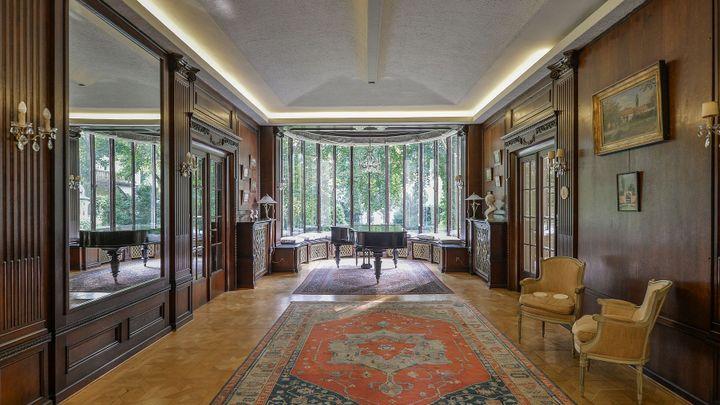 Žít jako diplomat. V Praze se prodává vila velvyslance, má sedm koupelen i tělocvičnu
