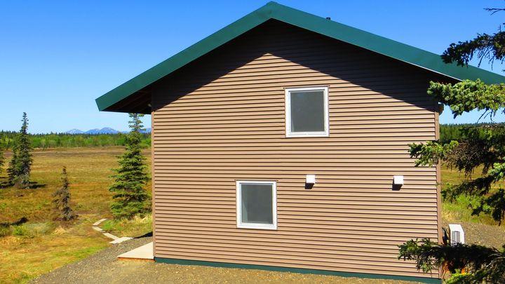 Nejtěsnější dům na světě postavil Čech. Stavbu si natrénoval na srubu v aljašské divočině