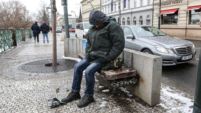 Výsledek obrázku pro bezdomovec na zemi