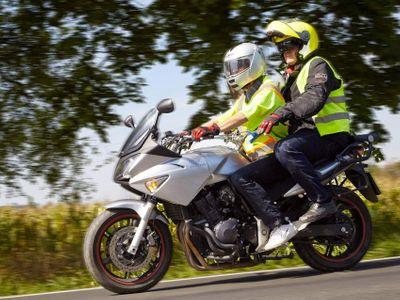 Dělali jsme řidičák na motorku. Kuželů se nebojte, je to hračka. Komisař vás dostane v provozu