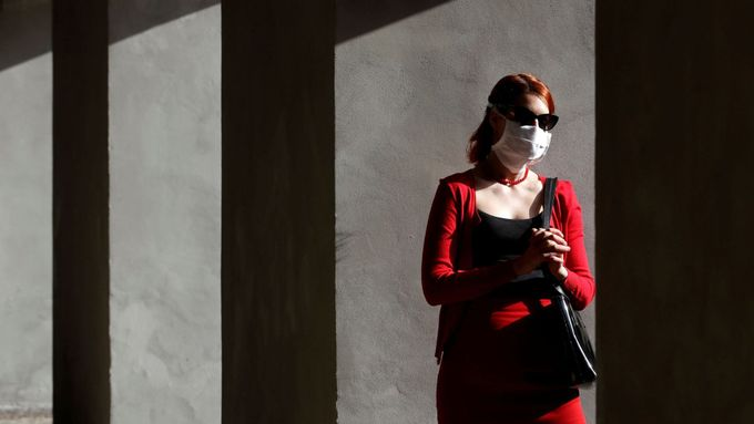 Žena s rouškou