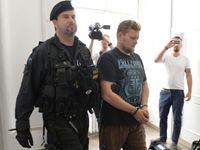 Soud potrestal cizince, kteří posprejovali Karlův most. Do pátku musí opustit Česko