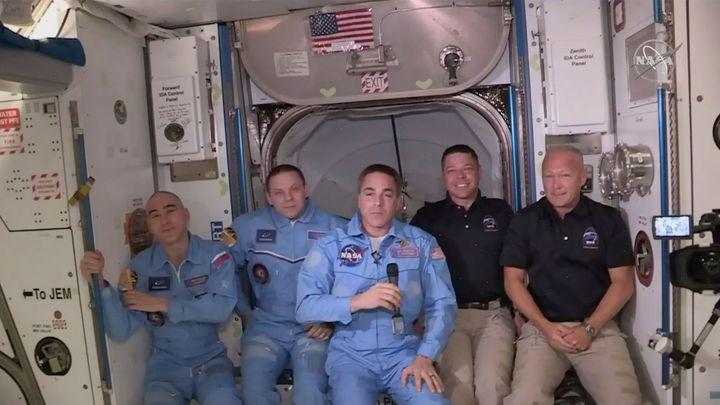 """""""Zakotvení potvrzeno!"""" Na vesmírné stanici poprvé přistála loď Crew Dragon s posádkou"""