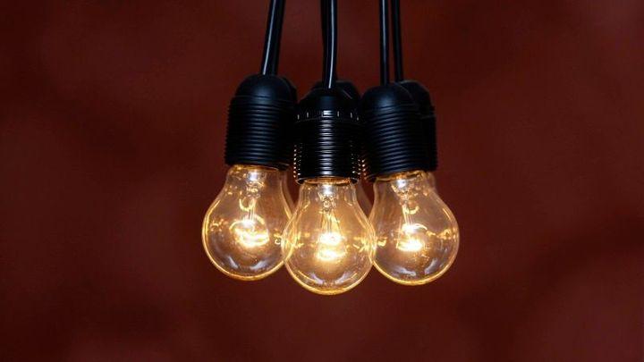 Elektřina zlevní i letos, za plyn si ale domácnosti připlatí