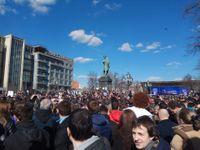 Žlutá kachnička si vyšlápla na Putina i vinaře Dmitrije, který krade. Policie pozatýkala stovky lidí