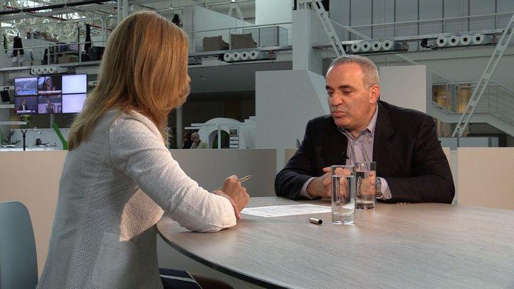 Kasparov: Krizí na Ukrajině se Putin snaží udržet u moci
