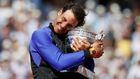 Zase je můj, jako by svým úsměvem a vřelým objetím říkal Rafael Nadal. Podívejte se na fotografie z finále tenisového French Open.