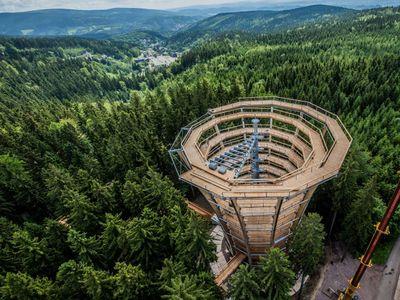 Foto: Krkonoše mají novou atrakci. Stezka korunami stromů láká i na obří tobogán
