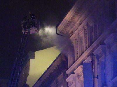 V centru Prahy hoří hotel. Záchranáři aktivovali traumaplán, hlásí dva mrtvé a desítky zraněných