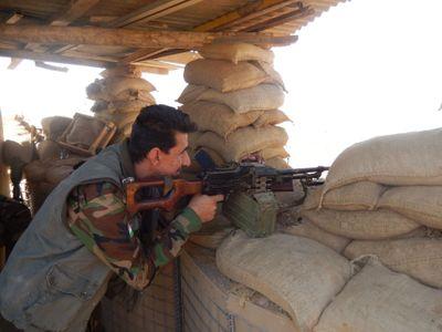 Kurdové s kalašnikovy bojují za celý svět, na frontě se střídají po deseti dnech, líčí reportér