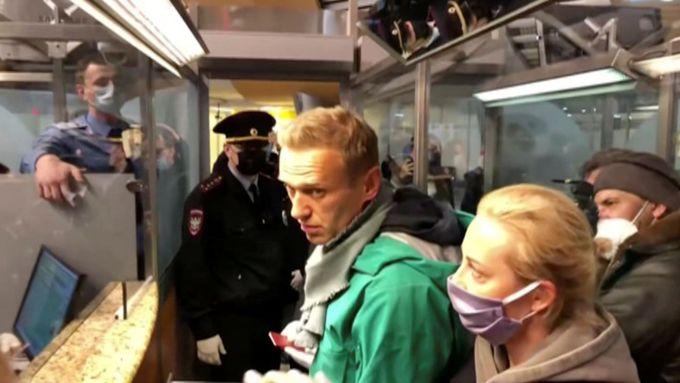 Dalo se čekat, že Navalnyj bude zatčen, jiná cesta není, může sedět ve vězení několik let. Jen jeden člověk může rozhodnout o jeho osudu - Putin.