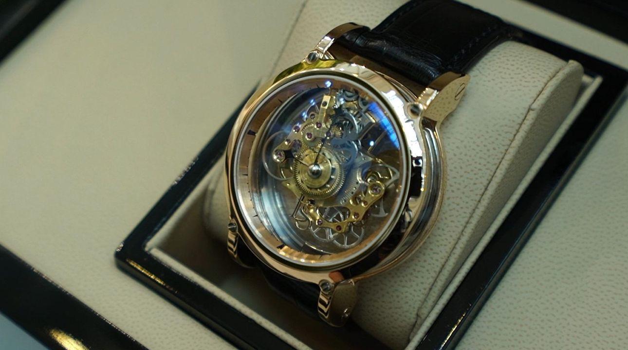 Takové hodinky pod stromečkem nenajdete. Čech vyrobil unikátní stroj za miliony