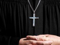 Třiaosmdesátiletý kněz dal při křtu facku plačícímu dítěti, francouzská církev ho suspendovala